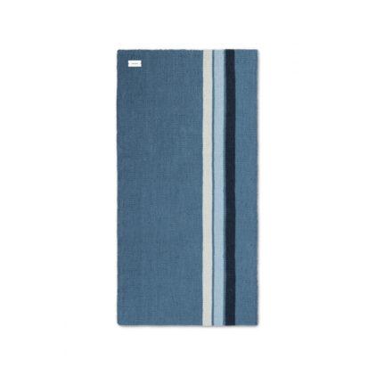 niebieski dywan z plastiku